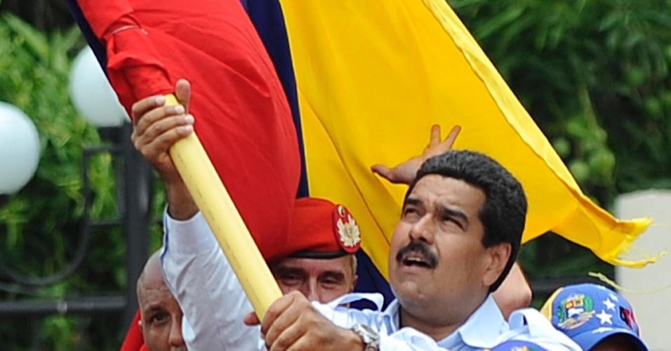 2.abr.2013 - Nicolás Maduro hasteia a bandeira venezuelana no seu primeiro ato de campanha para as eleições, na cidade de Barinas, oeste venezuelano