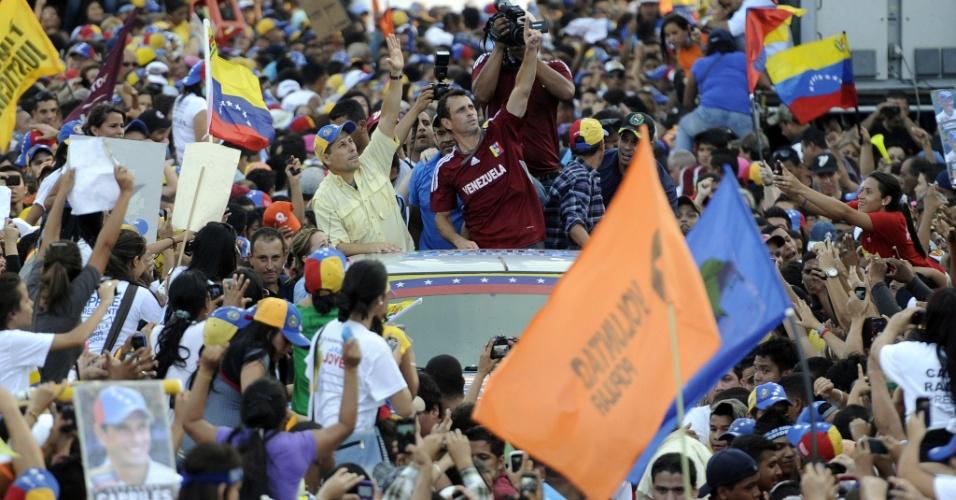 2.abr.2013 - O candidato da oposição, Henrique Capriles sauda seus eleitores na cidade de Maturin, no nordeste da Venezuela. a corrida presidencial no país começou nesta terça-feira (2)