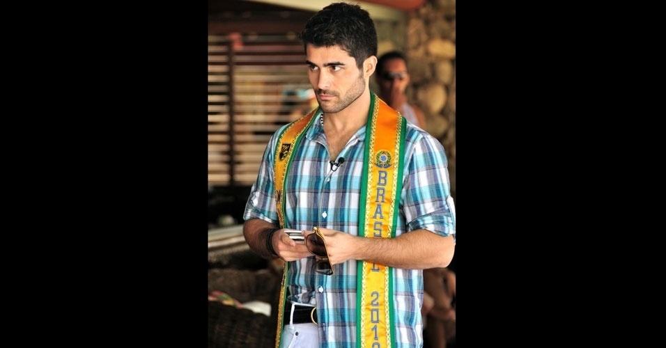 2.abr.2013 - O Mister Brasil 2012, William Rech, acompanha de perto os candidatos a seu psoto no Portobello Safari & Resort, em Mangaratiba