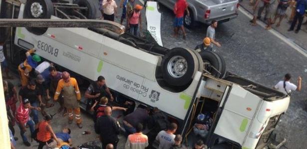 O ônibus caiu do viaduto Brigadeiro Trompowski na pista lateral da avenida Brasil