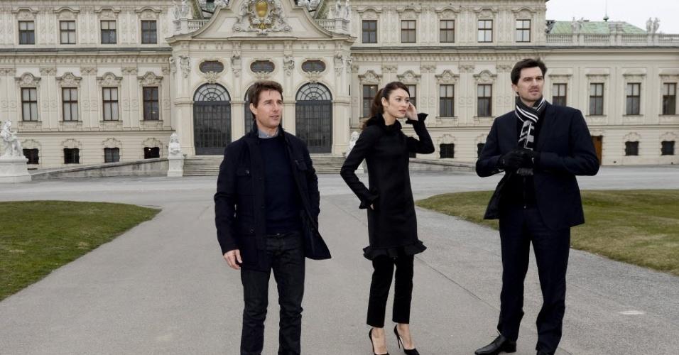 """2.abr.2013 - O ator americano Tom Cruise, a atriz Olga Kurylenko e o diretor americano Joseph Kosinski posam em sessão de fotos antes da pré-estreia do filme """"Oblivion"""" em Viena, Áustria. A produção chegará aos cinemas austríacos no dia 12 de abril"""