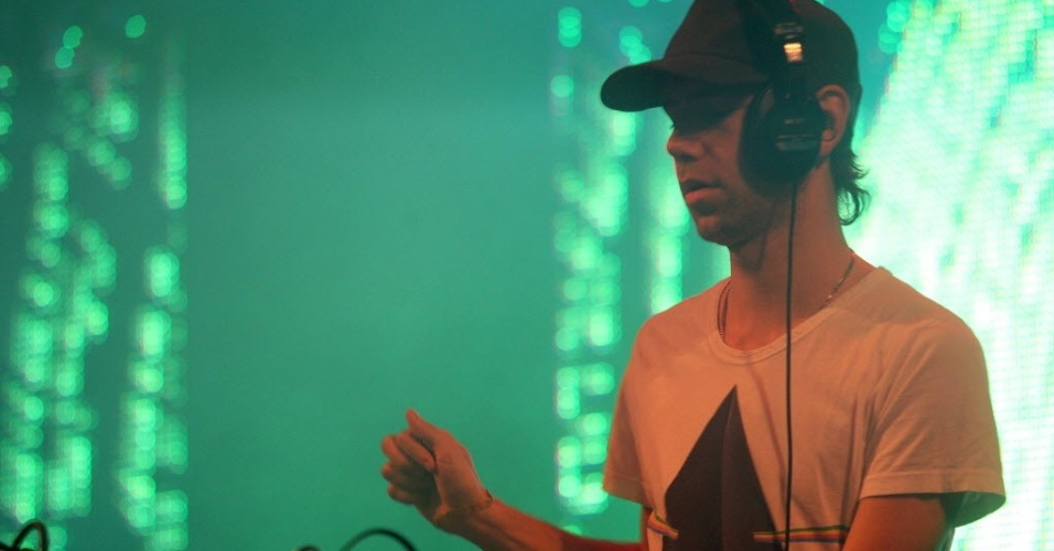 O DJ Tiga em apresentação no SWU de 2011