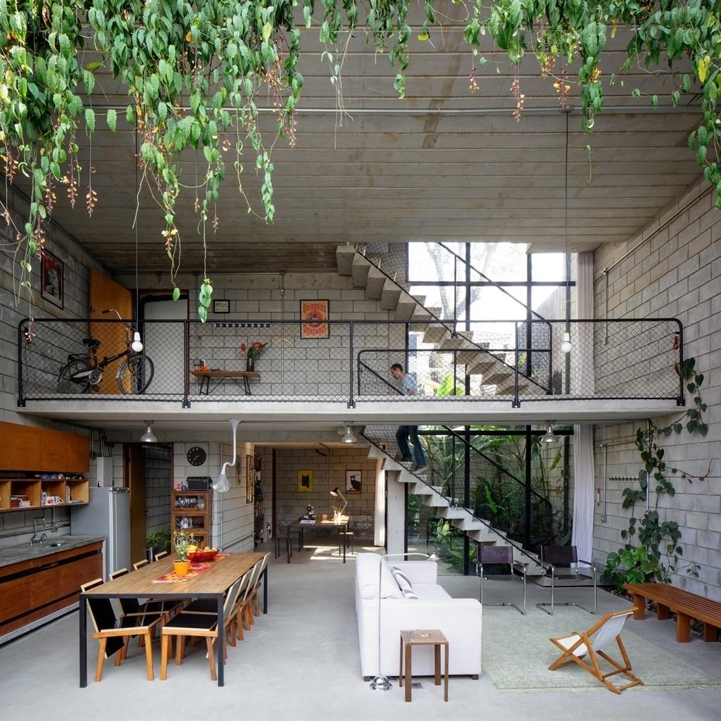 A Casa Maracanã, com projeto arquitetônico do escritório Terra e Tuma, possui pé-direito de 5,15 m possibilitando a instalação de um mezanino no nível da rua, onde estão a garagem e a entrada da casa. No inferior, a área social com estar, jantar e escritório é integrada ao jardim