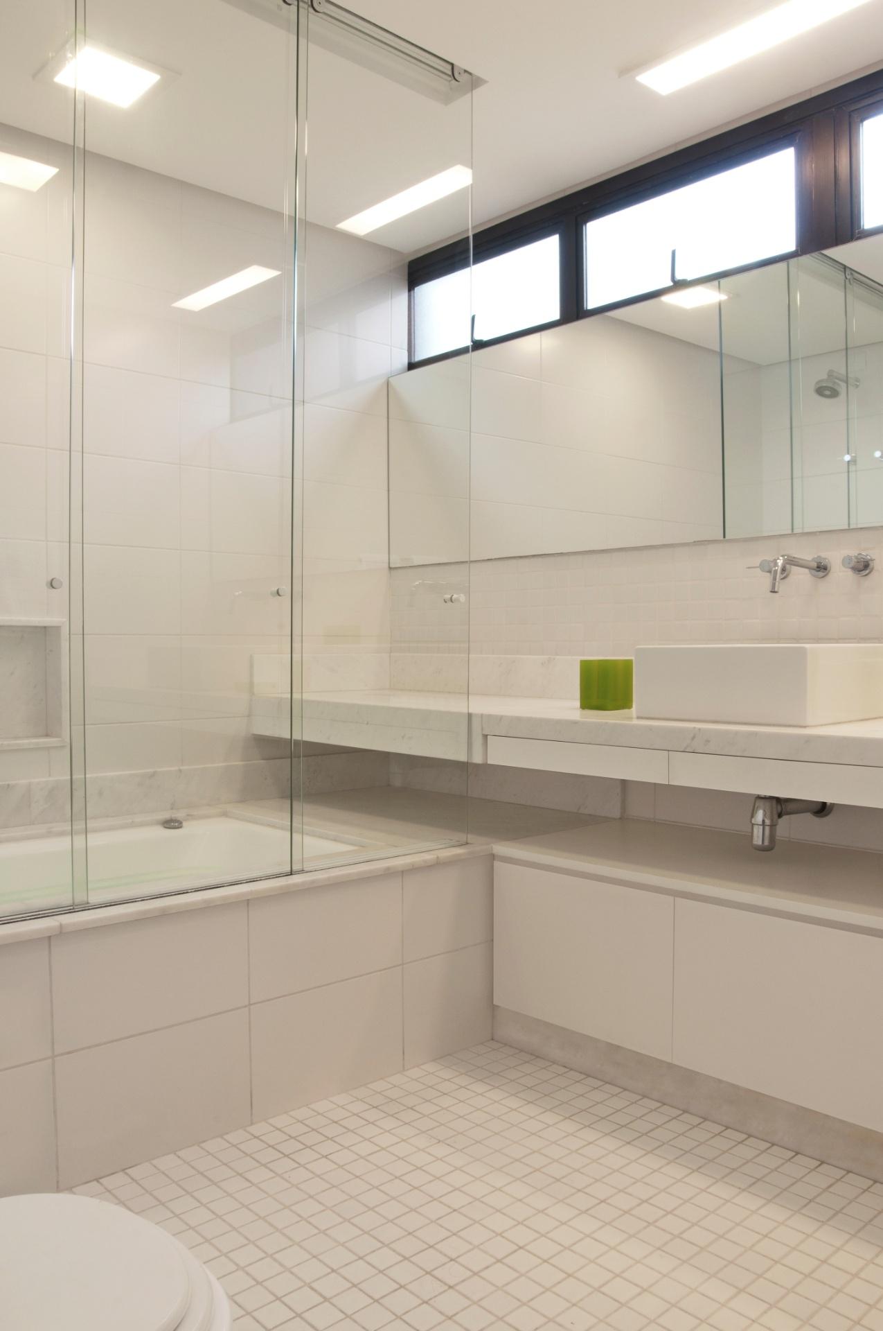 Não havia espelho no banheiro reformado pela arquiteta Crisa Santos. O projeto do edifício, datado de 1984 e assinado por Ruy Ohtake, previa larga faixa de janelas maxi ar. Os caixilhos superiores foram mantidos, porém os inferiores foram tapados com