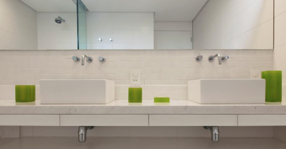 No banheiro houve a aplicação de pastilhas Jatobá e azulejos Portobello na cor branca e o mármore piguês (São Mateus) foi usado tanto na bancada como na borda de banheira (Jacuzzi). Os metais são Perflex, enquanto as louças e o chuveiro são da Deca. O projeto de arquitetura de interiores para o apartamento com 260 m² é da arquiteta Crisa Santos