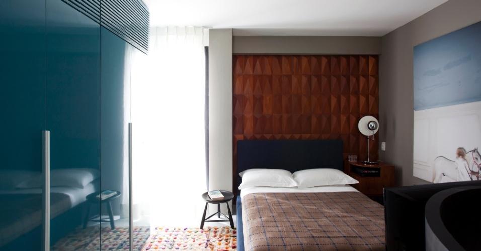 No andar superior, o painel de caviúna, original dos anos 60, revestiu a parede da cabeceira e determinou o uso de madeiras e cores mais claras nos ambientes íntimos. O projeto de reforma do duplex na Alameda Campinas, em São Paulo, é assinado por Maurício Arruda