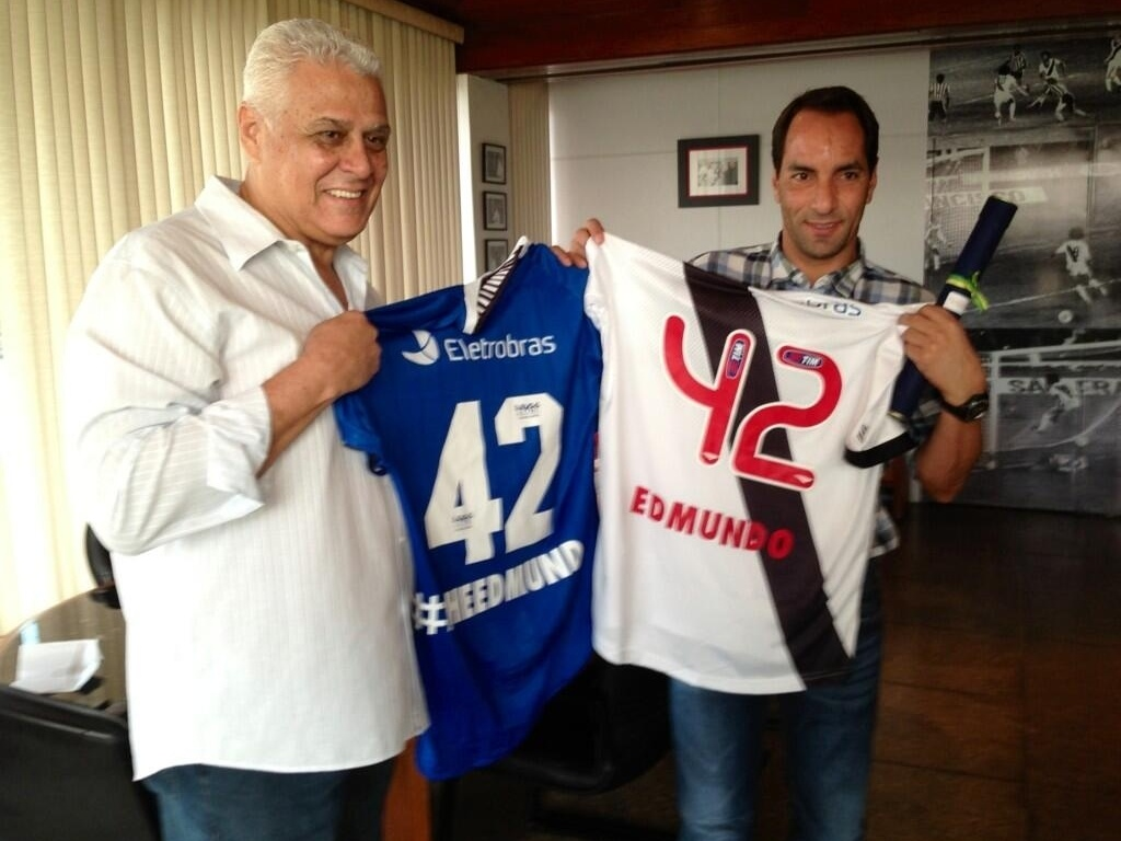 Roberto Dinamite e Edmundo posam com as camisas em homenagem ao aniversrio do atual comentarista de TV (02/04/2013)