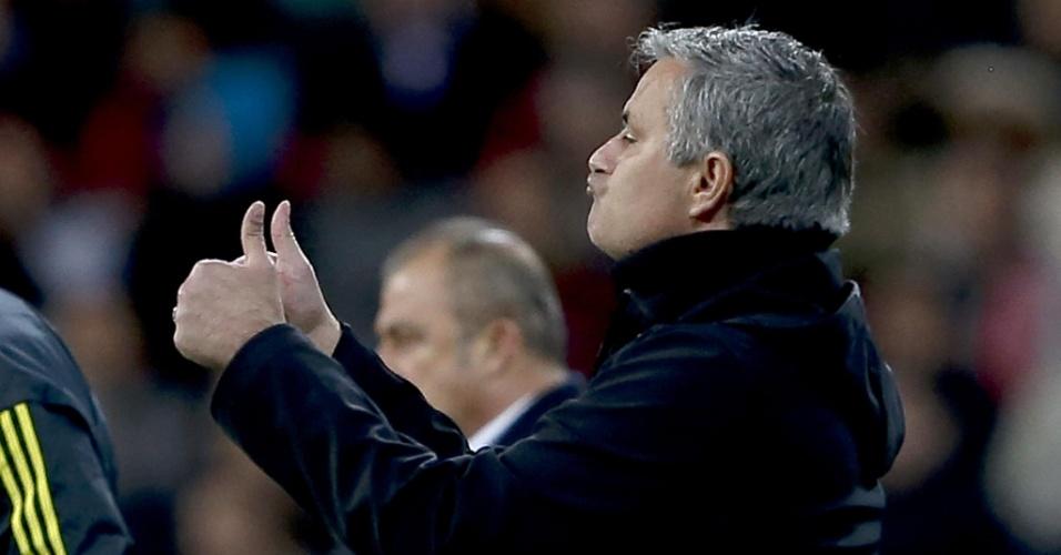 03.abr.13 - Técnico José Mourinho aprova atuação do Real Madrid na partida contra o Galatasaray pelo Liga dos Campeões, no Santiago Bernabéu
