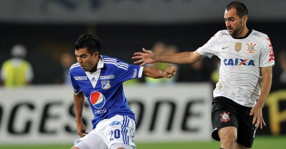 03.abr.2013 - Danilo atento na marcação durante a partida entre Corinthians e Millonarios pela Libertadores