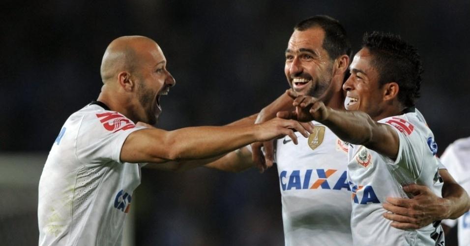 03.abr.2013 - Danilo comemora gol do Corinthians ao lado de Alessandro e Jorge Henrique em partida contra o Millonarios