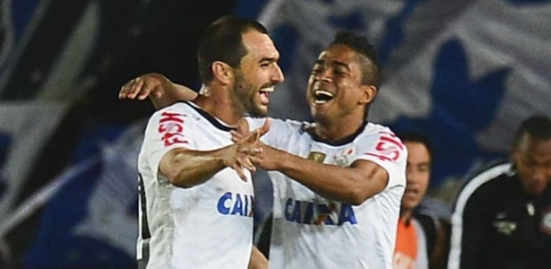 03.abr.2013 - Danilo comemora gol do Corinthians com Jorge Henrique na partida contra o Millonarios