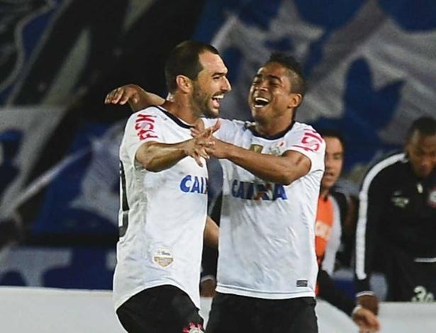 03.abr.2013 - Danilo comemora gol do Corinthians com Jorge Henrique na partida contra o Millonarios