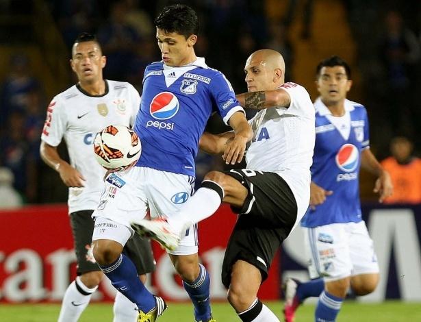 03.abr.2013 - Fabio Santos atento na marcação em partida entre Millonarios e Corinthians pela Libertadores