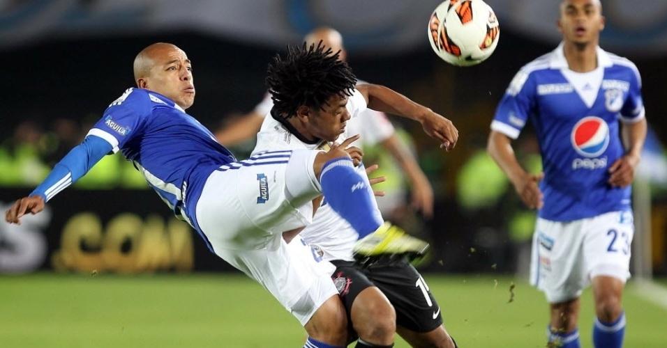 03.abr.2013 - Romarinho briga com o marcador na partida entre Corinthians e Millonarios pela Libertadores