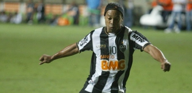 03.abr.2013 - Ronaldinho cobra pnalti na partida entre Atltico-MG e Arsenal de Sarandi pela Libertadores