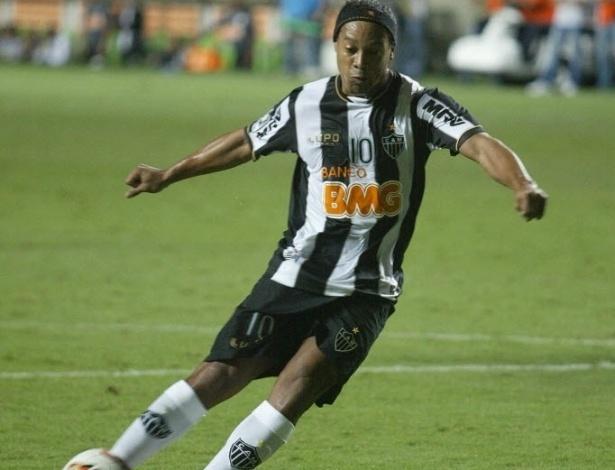 03.abr.2013 - Ronaldinho cobra pênalti na partida entre Atlético-MG e Arsenal de Sarandi pela Libertadores
