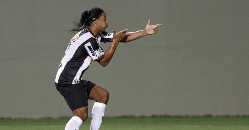 03.abr.2013 - Ronaldinho comemora gol do Atlético-MG como se estivesse atirando em jogo contra o Arsenal de Sarandi