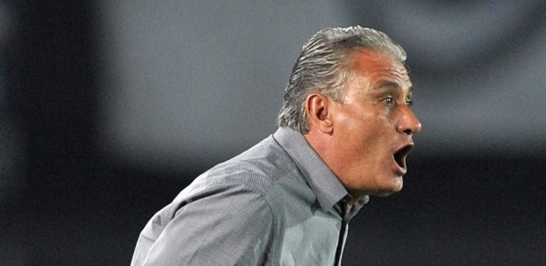 03.abr.2013 - Tite orienta time do Corinthians em partida contra o Millonarios pela Libertadores