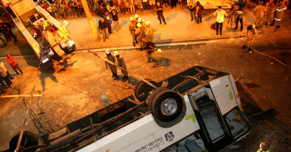 2.abr.2013 - Público se aglomera próximo ao viaduto Brigadeiro Trompowski, de onde um micro-ônibus caiu da altura de 10m, na pista lateral da avenida Brasil, no Rio de Janeiro, na tarde desta terça-feira (2). Sete pessoas morreram no acidente