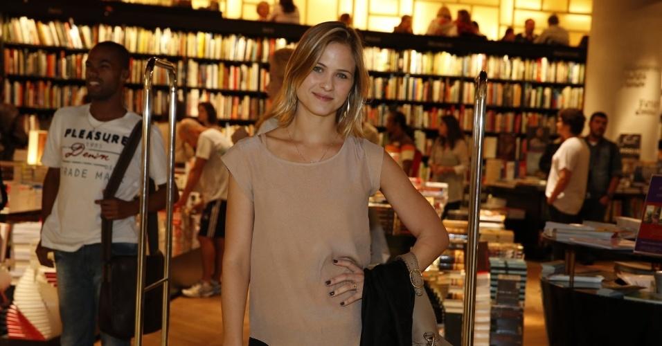 "3.abr.2013 - A atriz Luiza Valdetaro comparece ao lançamento de ""Juntos Para Sempre"", romance de Walcyr Carrasco"
