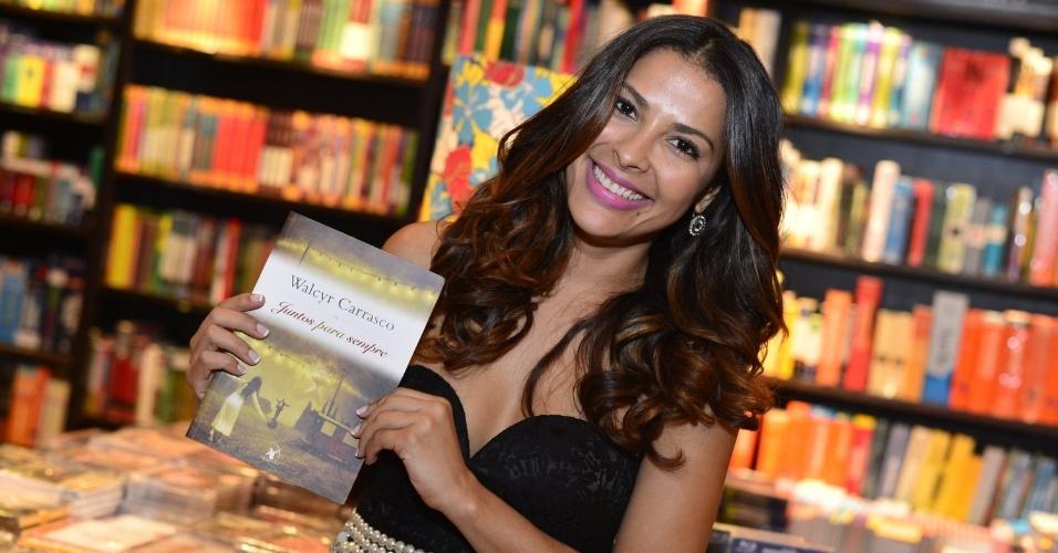 """3.abr.2013 - A ex-BBB Gyselle Soares chega para o lançamento de """"Juntos Para Sempre"""", novo romance de Walcyr Carrasco"""
