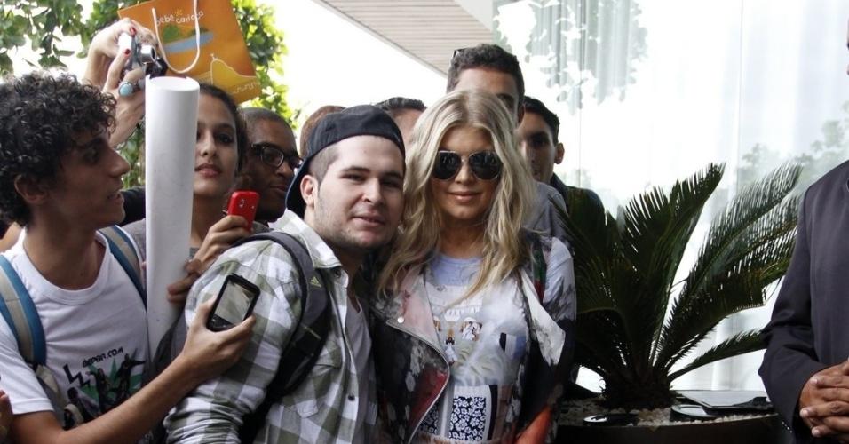 3.abr.2013 - Ao deixar o hotel onde está hospedada, na zona sul do Rio, Fergie foi tietada. A cantora posou para fotos e deixou um fã passar a mão em sua barriga. Ela está grávida do primeiro filho
