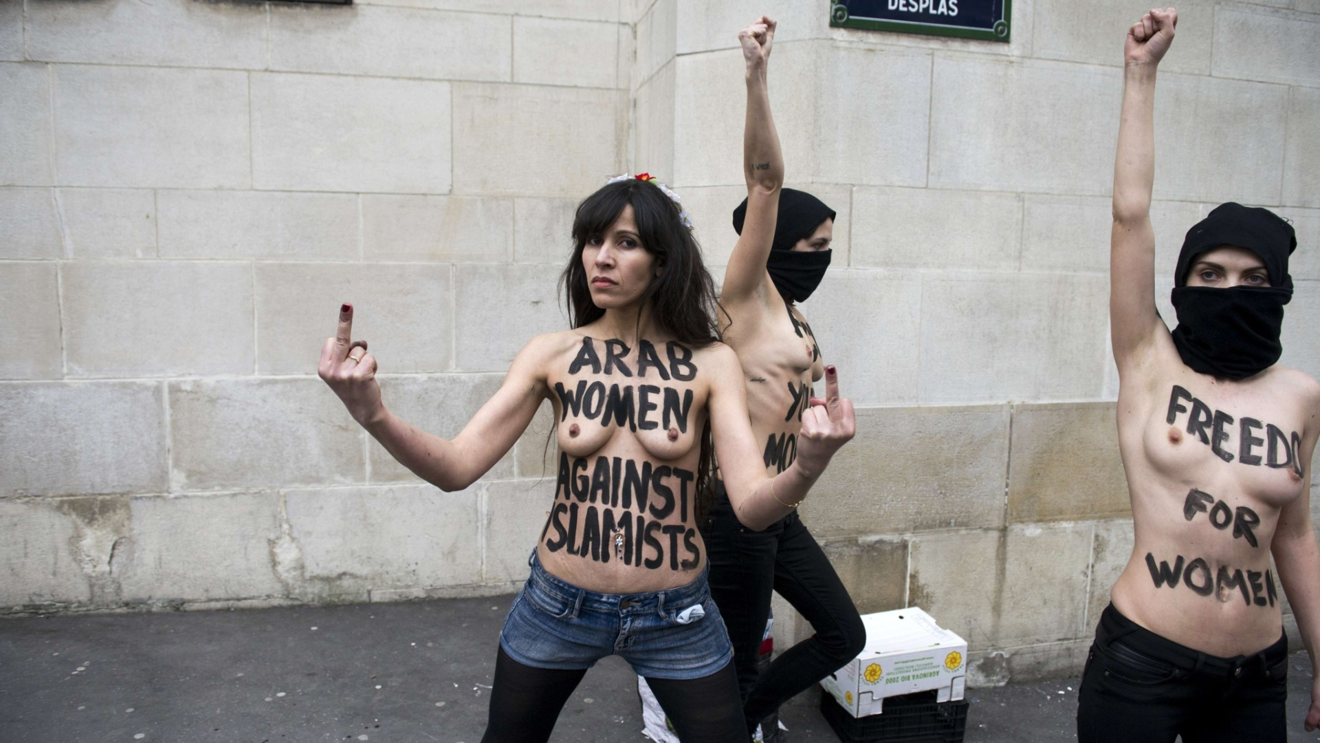 3.abr.2013 - Ativistas do Femen, grupo de origem ucraniana famoso por realizar protestos com o uso de topless, fazem manifestao em frente a mesquita em Paris nesta quarta-feira (3) 	