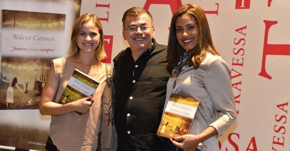 3.abr.2013 - Luiza Valdetaro e Ildi Silva posam para fotógrafos com Walcyr Carrasco