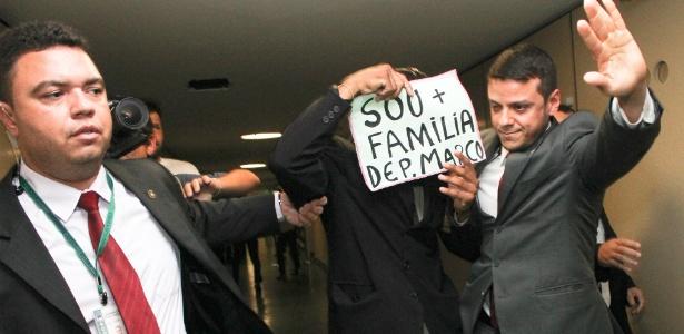 Manifestante que apoia a permanência do deputado Marco Feliciano (PSC-SP) na presidência da Comissão de Direitos Humanos da Câmara é detido