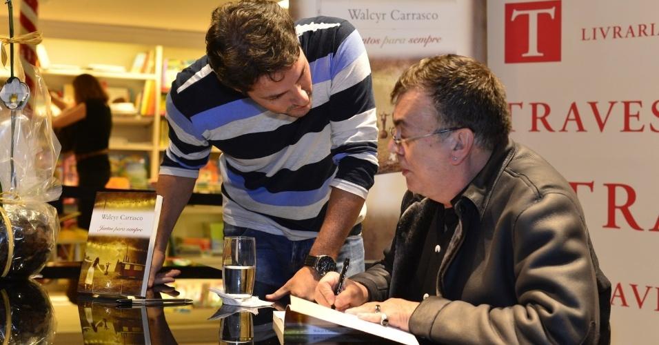 """3.abr.2013 - Marcelo Serrado recebe autógrafo de Walcyr Carrasco durante o lançamento de """"Juntos Para Sempre"""", novo livro do autor"""