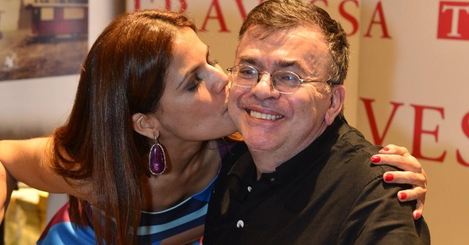 3.abr.2013 - Nívea Stelmann dá beijo no rosto de Walcyr Carrasco