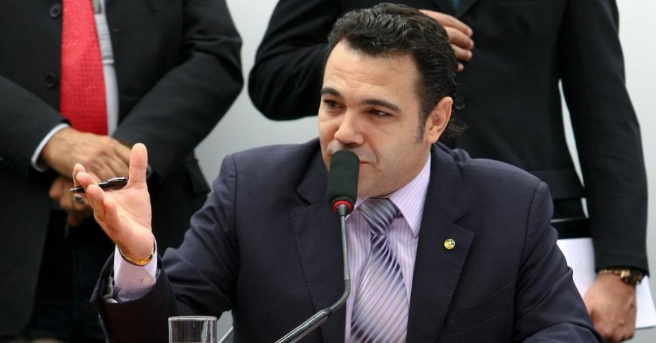 """3.abr.2013 - O presidente da CDH (Comissão de Direitos Humanos e Minorias) da Câmara, deputado Marco Feliciano (PSC-SP) participa de sessão da comissão nesta quarta-feira (3). Após uma série de protestos anti-Feliciano nas últimas sessões, a CDH aprovou nesta quarta-feira um requerimento para fazer todas as reuniões a portas fechadas, como forma de """"garantir a ordem"""". Só será permitida a entrada de deputados, assessores e jornalistas"""
