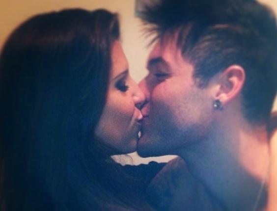 3.abr.2013 - Os ex-BBBs Andressa e Nasser se beijam em reecontro registrado pela esteticista no Instagram