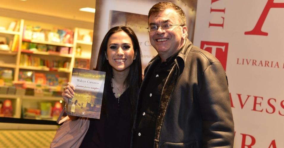 """3.abr.2013 - Tatá Werneck posa ao lado de Walcyr Carrasco no lançamento de """"Juntos Para Sempre"""", novo livro do autor"""