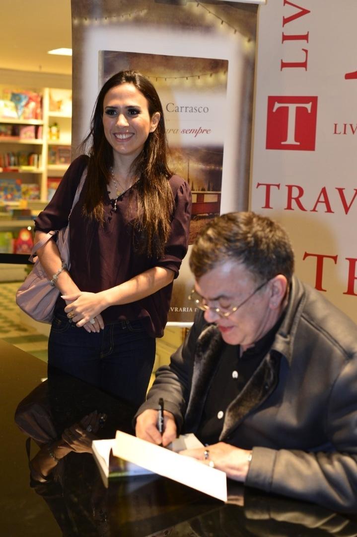 """3.abr.2013 - Tatá Werneck recebe um autógrafo de Walcyr Carrasco no lançamento de """"Juntos Para Sempre"""""""
