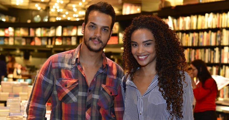 """3.abr.2013 - Thiago Luciano e Lucy Ramos comparecem ao lançamento de """"Juntos Para Sempre"""", novo livro de Walcy Carrasco"""