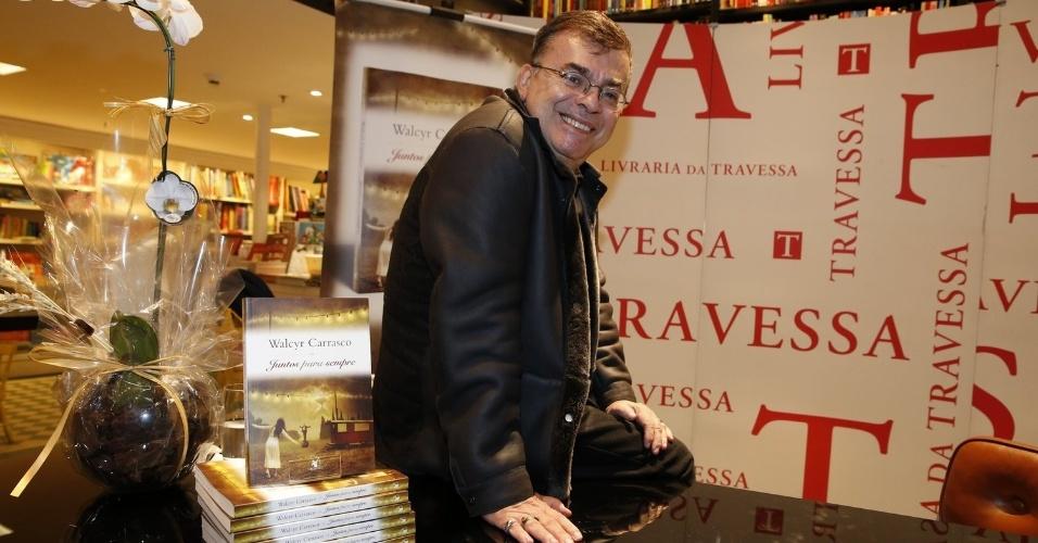 """3.abr.2013 - Walcyr Carrasco lança seu novo livro, """"Juntos Para Sempre"""", em shopping do Rio de Janeiro"""