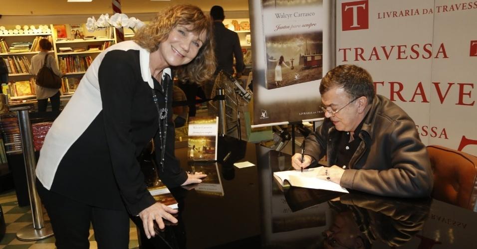 """3.abr.2013 - Walcyr Carrasco autografa seu novo livro, """"Juntos Para Sempre"""""""