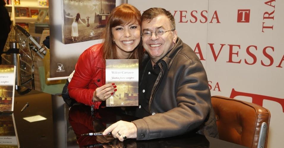 """3.abr.2013 - Simone Soares posa com Walcyr Carrasco no lançamento do novo livro do autor, """"Juntos Para Sempre"""""""