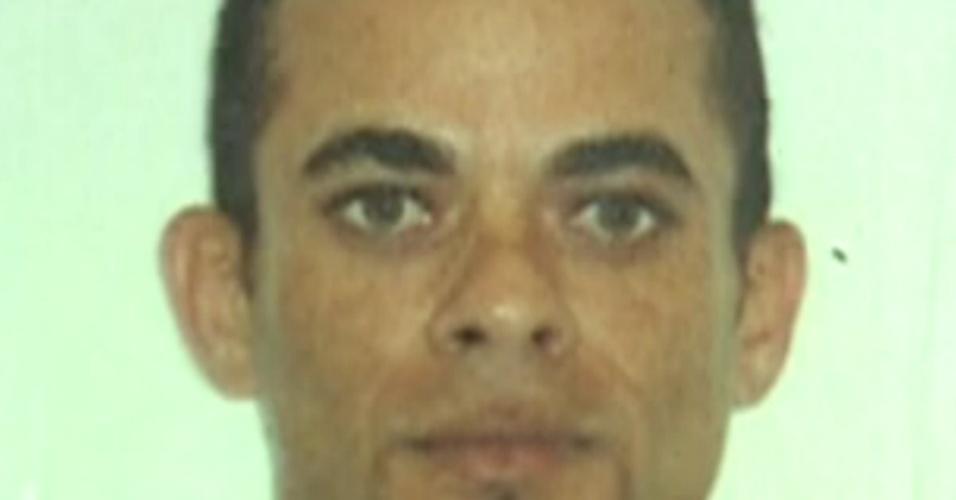 André Luiz da Silva Oliveira, 33, dirigia o ônibus da linha 328 (Bananal-Castelo) que caiu na avenida Brasil, altura da Ilha do Governador, no Rio de Janeiro, na tarde de terça-feira (2). Segundo relato de testemunhas, Oliveira teria perdido o controle do veículo ao ser agredido por um passageiro. O motorista está internado no Hospital Miguel Couto, na zona sul do Rio de Janeiro. Ele e o agressor devem ser indiciados por homicídio e tentativa de homicídio doloso - -quando há intenção de matar