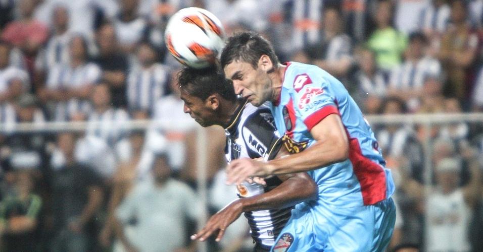 Atacante Jô disputa a bola na partida entre Atlético-MG e Arsenal Sarandí (3/4/2013)