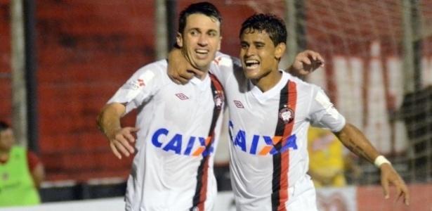 Elias (esq.) e Éverton comemoram gol do Atlético-PR diante do Brasil de Pelotas (03/04/2013)