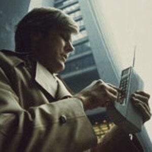 Foto de divulgação mostra homem usando o protótipo de telefone celular DynaTAC, em 1973