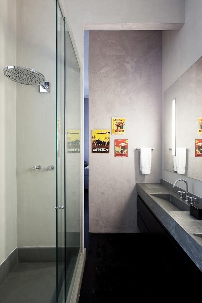 No banheiro da suíte da proprietária, a parede ganhou pintura especial, executada pela Bricolage, e quadrinhos coloridos. O projeto de reforma do loft Itaim é assinado pelo escritório FGMF Arquitetos