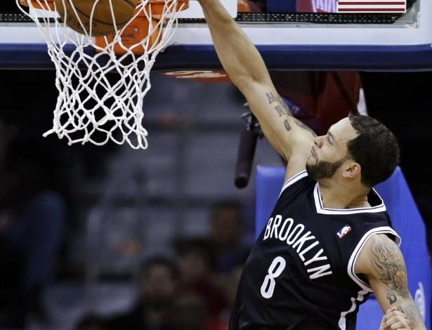 03.abr.2013 - Deron Williams crava a bola durante triunfo dos Nets sobre os Cavs