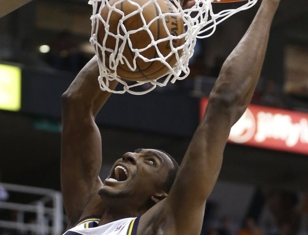 03.abr.2013 - Jeremy Evans, do Utah Jazz,, grita ao conseguir enterrada no duelo contra o Denver Nuggets