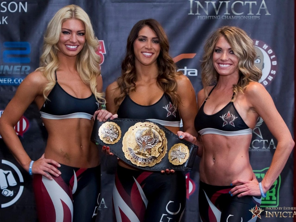 04.abr.2013 - Ring girls do Invicta FC, evento s com lutas femininas, exibem o cinturo antes da 5 edio, nesta sexta-feira