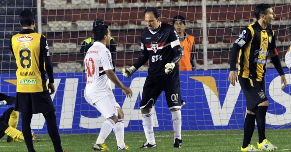 04.abr.2013 - Rogério Ceni e Jadson, do São Paulo, vibram após gol de pênalti sobre o The Strongest pela Libertadores