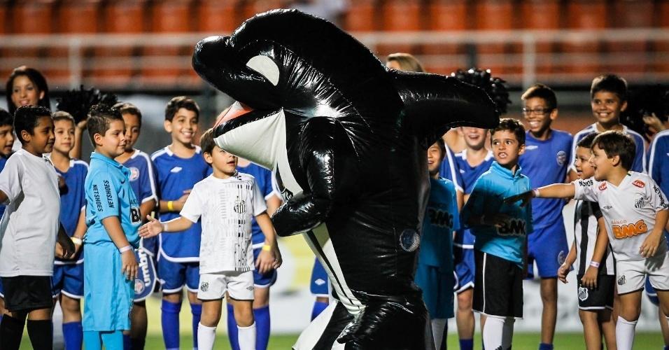 04.abr.2013- Mascote do Santos, Baleião, brinca com crianças no gramado do Pacaembu antes da partida contra o S