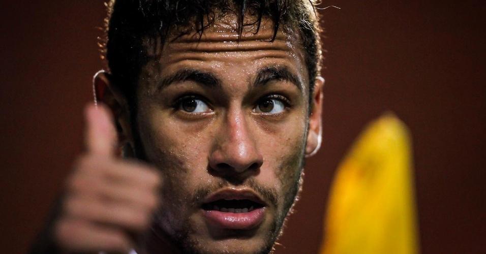 04.abr.2013- Neymar reclama de marcação de árbitro durante o jogo contra o São Caetano no Pacaembu